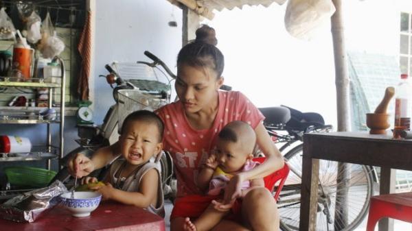 Liệt một tay sau TNGT, chồng bỏ nhà đi, mẹ trẻ nuốt đắng cay nuôi 2 con thơ trong nước mắt