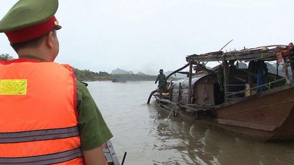 """Quảng Bình: """"Cát tặc"""" đổ cát xuống sông để chối tội khi bị phát hiện"""
