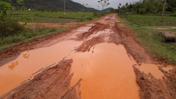 Quảng Bình: Người dân khốn khổ vì đường lầy như ruộng