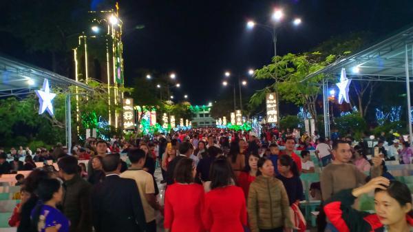 Hàng ngàn người dân đón Noel tại Thánh địa La Vang- Quảng Trị