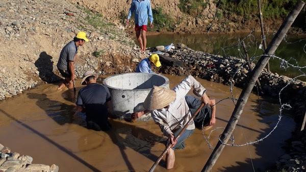 Dưới nắng hạn, thầy và trò vùng cao Quảng Bình đào giếng tìm nước