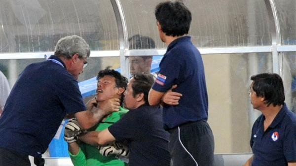 Khoảnh khắc á.m ả..n.h nhất trong lịch sử bóng đá Việt Nam: HLV trưởng ĐTQG nắm cổ thủ môn ở chung kết SEA Games