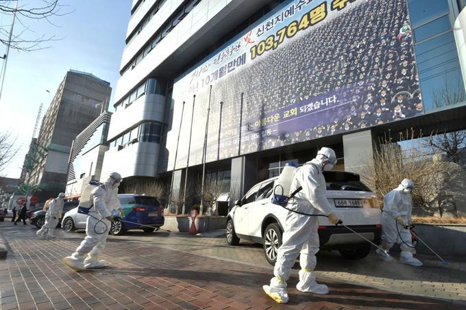 Các nhân viên y tế thực hiện khử trùng trên các đường phố của Hàn Quốc. (Ảnh: AFP)
