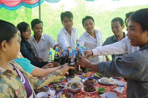 Người dân Cu Pua sử dụng nước ngọt để chúc phúc con cháu trong tiệc cưới.