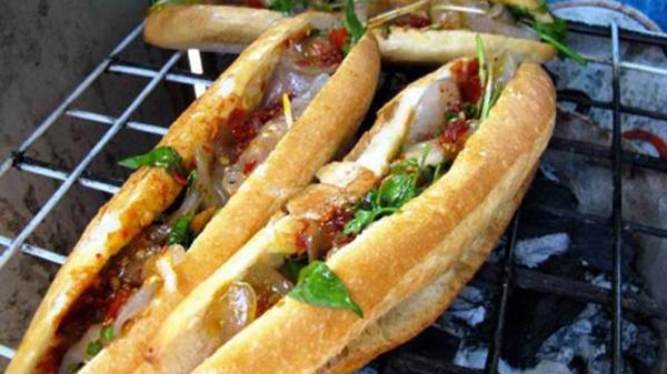 """Có sự kết hợp """"lạ"""" giữa bánh mì và bánh bột lọc để tạo nên món ăn trứ danh ở Quảng Bình thế này đây!"""