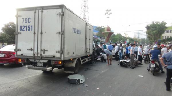 Quảng Bình: Xe tải t ông hàng loạt ô tô và xe máy dừng đèn đỏ