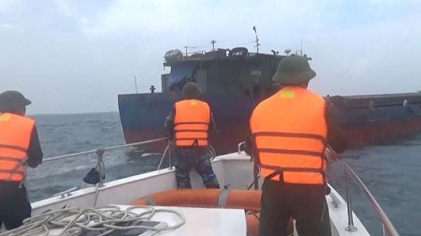 Quảng Bình: Cứu 11 thuyền viên trên tàu chở hàng gặp nạn