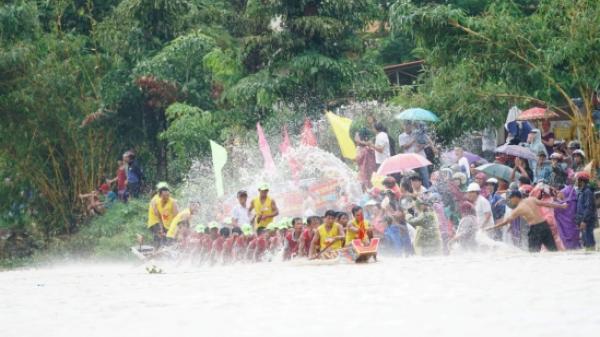 Người dân Quảng Bình đội nón lá, cầm ô che mưa cổ vũ bơi thuyền