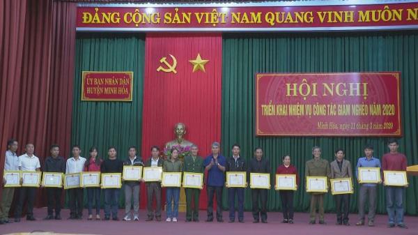 Quảng Bình: Tặng giấy khen cho 25 hộ dân tự nguyện viết đơn xin thoát nghèo