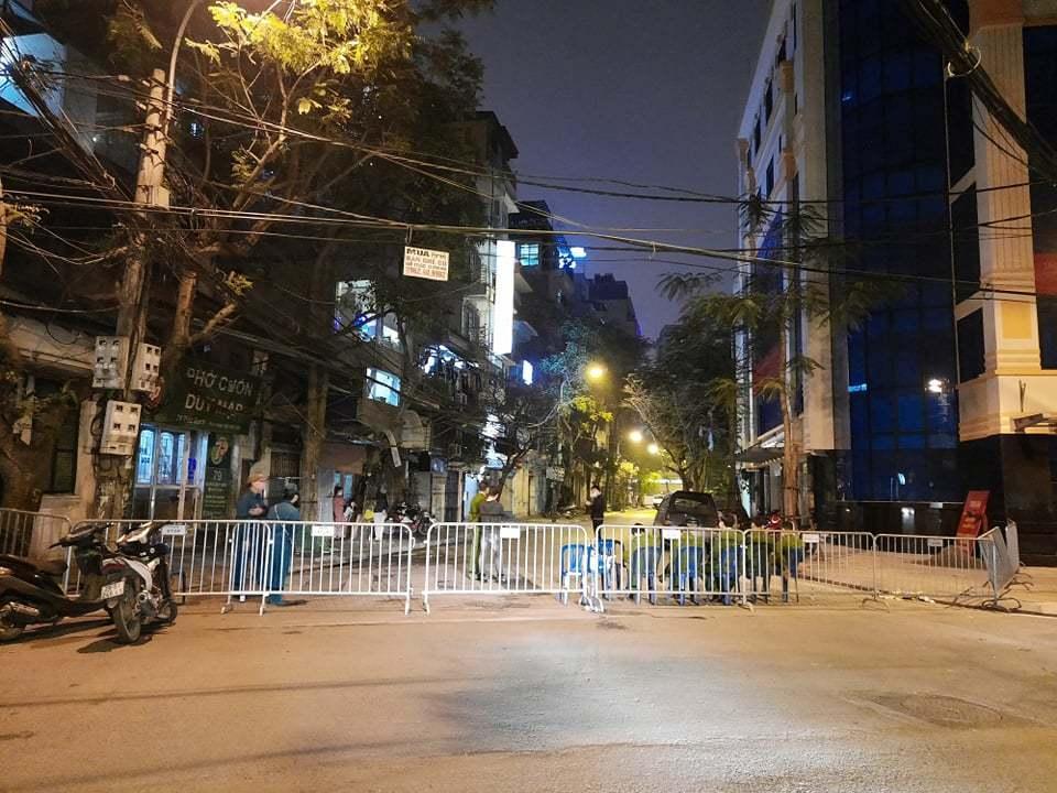Biển cách ly được dựng lên ở đầu phố khu vực phát hiện bệnh nhân (Ảnh: Net News)