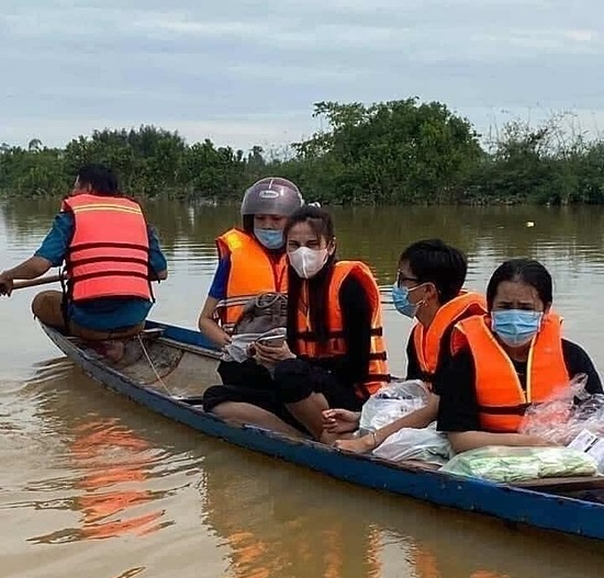 Thủy Tiên đến vùng bị ngập ở Huế trao quà cho người dân